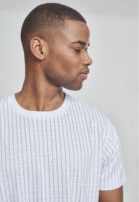 Mister Tee - T-shirt z nadrukiem - white - 2