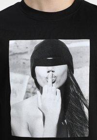 Mister Tee - T-shirt med print - black - 4