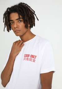 Mister Tee - CASH ONLY TEE - T-shirt print - white - 3