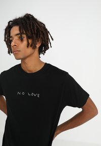 Mister Tee - NO LOVE TEE - T-shirt con stampa - black - 3