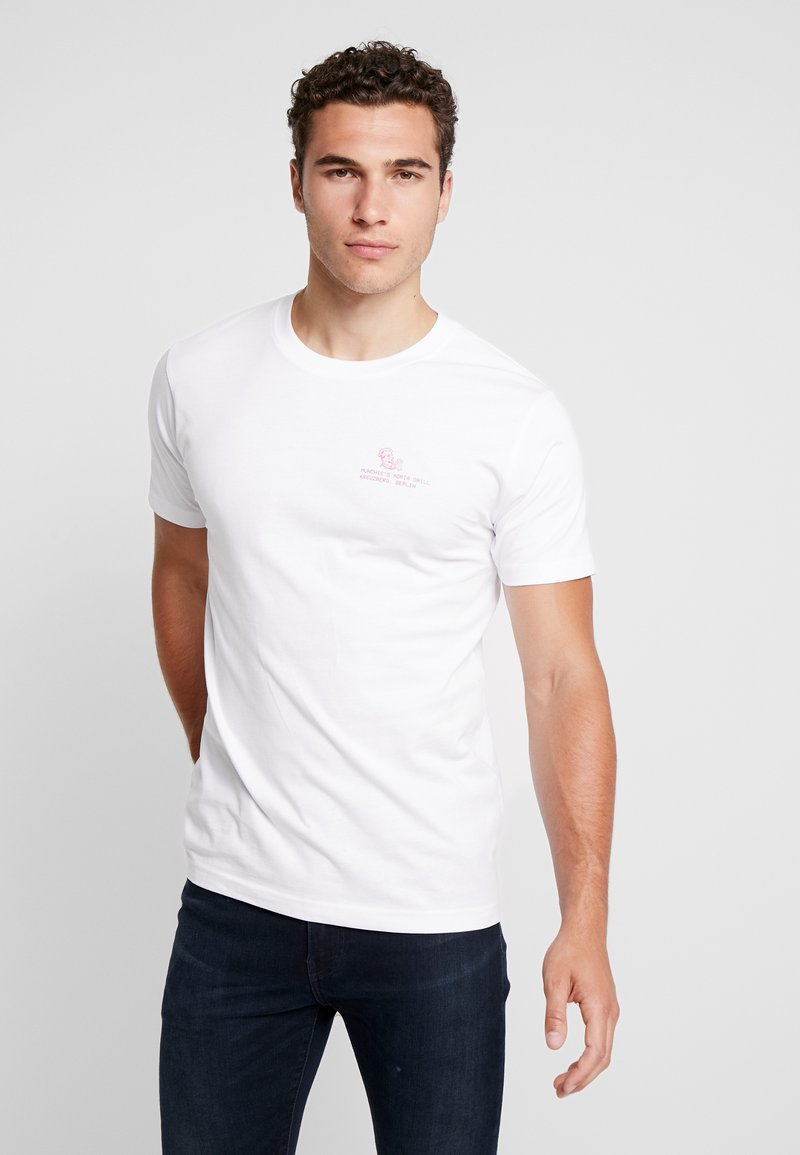 Mister Tee - ADRIA GRILL TEE - Camiseta estampada - white