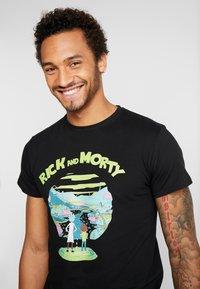 Mister Tee - RICK AND MORTY LOGO TEE - Camiseta estampada - black - 3