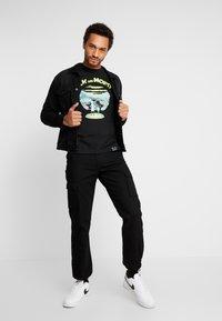 Mister Tee - RICK AND MORTY LOGO TEE - Camiseta estampada - black - 1