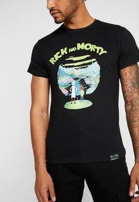 Mister Tee - RICK AND MORTY LOGO TEE - Camiseta estampada - black - 5