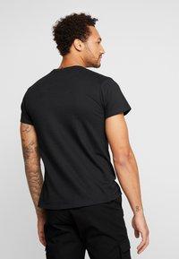 Mister Tee - RICK AND MORTY LOGO TEE - Camiseta estampada - black - 2