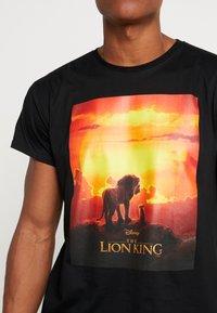 Mister Tee - LION KING SUNSET TEE - T-shirt med print - black - 4