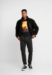 Mister Tee - LION KING SUNSET TEE - T-shirt med print - black - 1