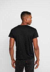 Mister Tee - LION KING SUNSET TEE - T-shirt med print - black - 2