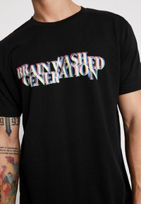 Mister Tee - BRAINWASHED GENERATION TEE - T-shirts med print - black - 5