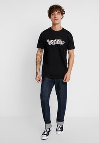 Mister Tee - BRAINWASHED GENERATION TEE - T-shirts med print - black - 1