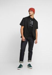 Mister Tee - ACDC BACK IN BLACK TEE - T-shirt med print - black - 1