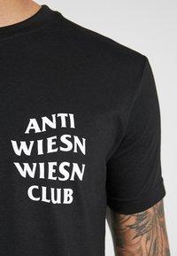 Mister Tee - WIESN CLUB TEE - Triko spotiskem - black - 4