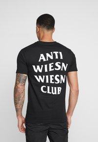 Mister Tee - WIESN CLUB TEE - Triko spotiskem - black - 2