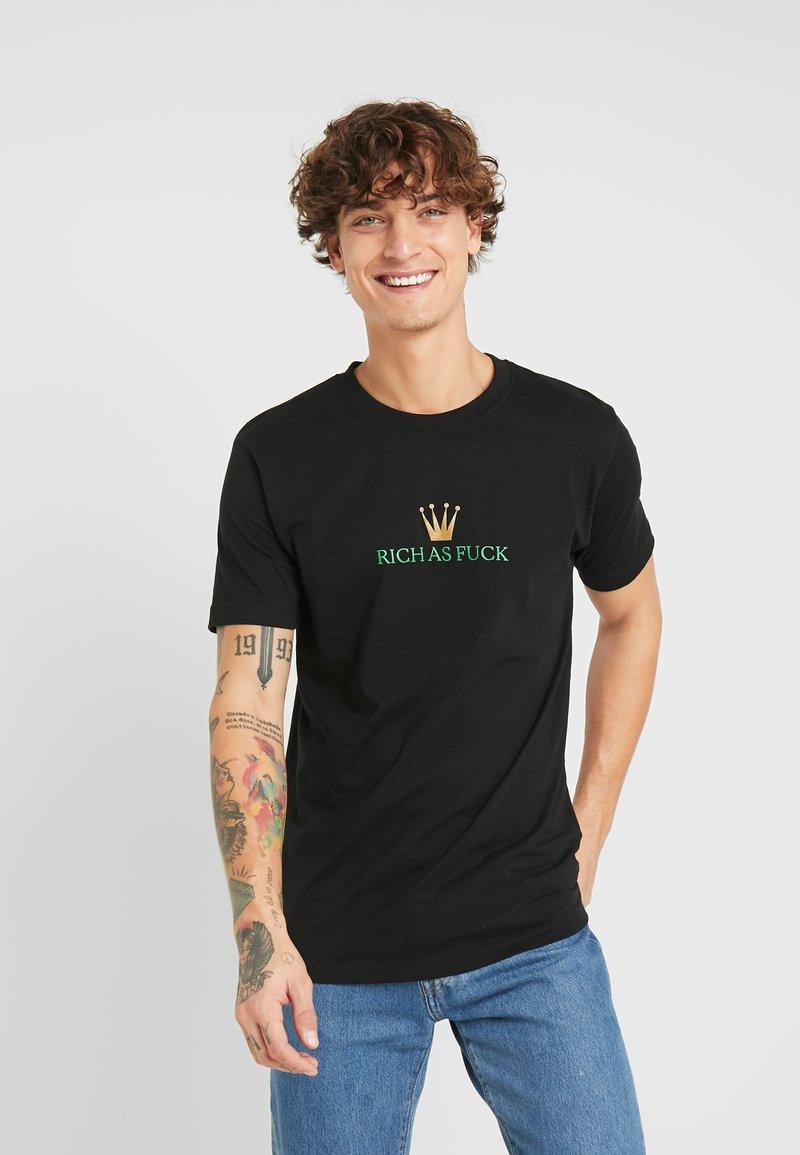 Mister Tee - RICH AS FUCK TEE - T-shirt med print - black