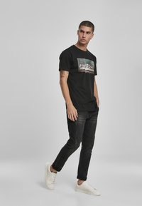 Mister Tee - CAN´T HANG WITH US  - T-shirt print - black - 1