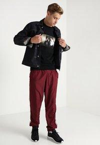 Mister Tee - TRUST NOBODY CREWNECK - Sweatshirt - black - 1