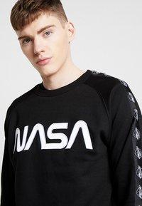 Mister Tee - NASA WORMLOGO ROCKET TAPE CREWNECK - Felpa - black - 3