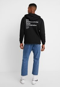 Mister Tee - NASA DEFINITION PULL OVER HOODY - Mikina s kapucí - black - 2