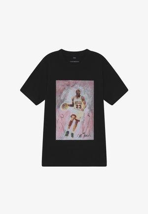 MICHAEL PLAYING TEE - T-shirts print - black