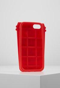 Mister Tee - PHONECASE COFFE CUP I PHONE 6/7/8 - Obal na telefon - red/white - 3