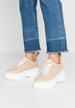 CHUNKY LACE UP TRAINER - Trainers - nude