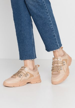 DETAIL LACE UP TRAINER - Trainers - nude