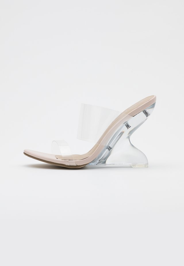 EXTREME CURVE CLEAR WEDGE - Heeled mules - nude