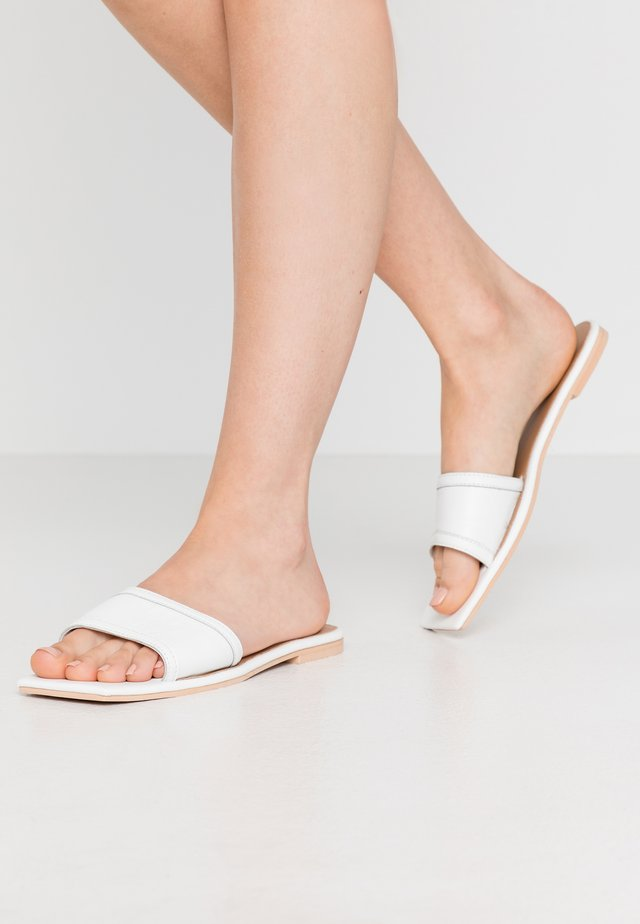 SQUARE TOE SIMPLE STRAP FLAT  - Mules - white