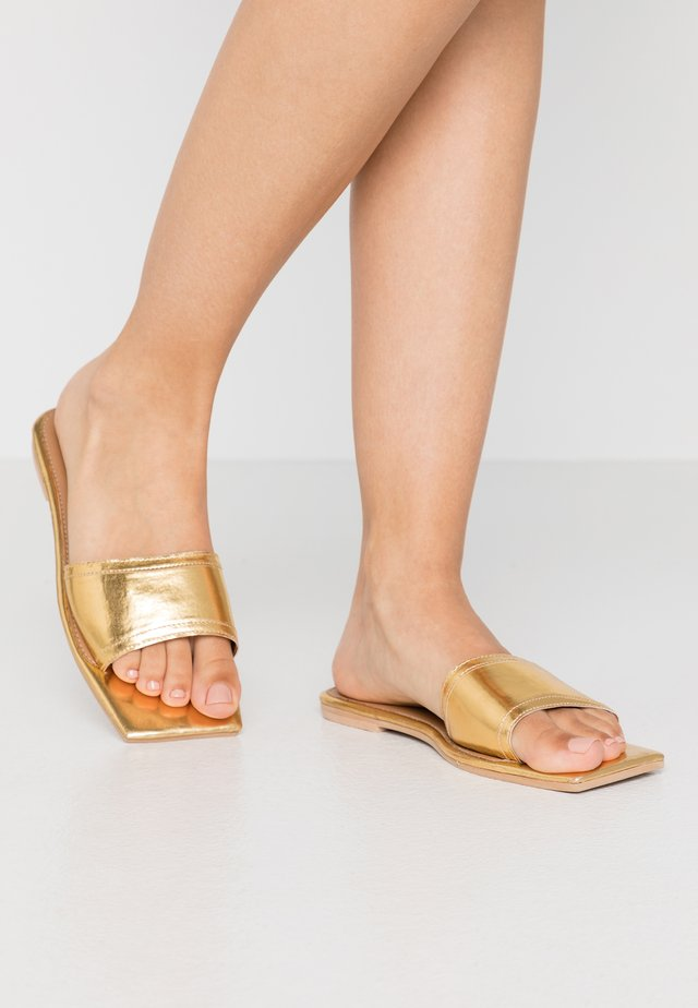 SQUARE TOE SIMPLE STRAP FLAT  - Mules - gold