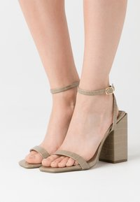 Missguided - CHUNKY BLOCK BARELY - Sandales à talons hauts - green - 0