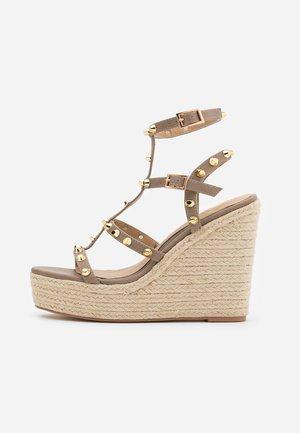 DOME STUD WEDGE - Korolliset sandaalit - taupe