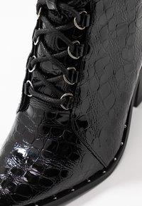 Missguided - STUDDED CROC LACE UP  - Kotníková obuv na vysokém podpatku - black - 2