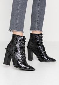 Missguided - STUDDED CROC LACE UP  - Kotníková obuv na vysokém podpatku - black - 0