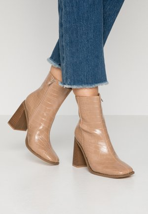 WOODEN HEEL INDENTED BOOT - High heeled ankle boots - nude