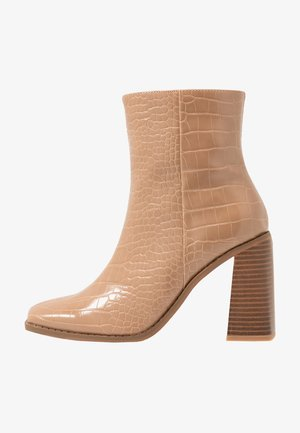 WOODEN HEEL INDENTED BOOT - Stivaletti con tacco - nude