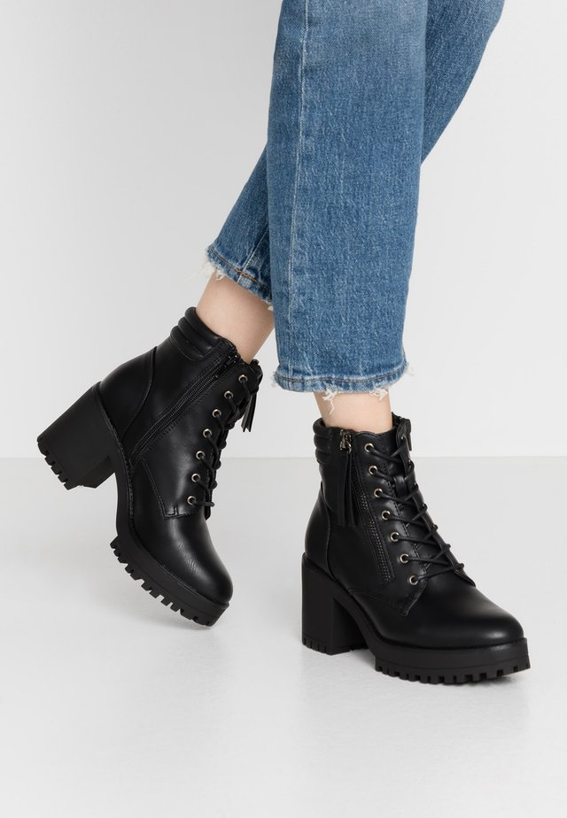 MID HEEL CLEATED HOOK AND EYE BOOT - Platform ankle boots - black