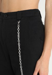 Missguided - CHAIN DETAIL CARGO TROUSERS - Pantalon cargo - black - 4