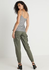 Missguided - PLAIN CARGO TROUSER - Pantalon cargo - khaki - 2