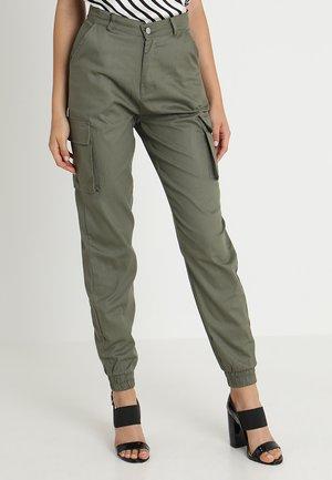 PLAIN CARGO TROUSER - Pantalon cargo - khaki