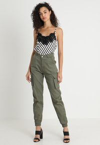 Missguided - PLAIN CARGO TROUSER - Pantalon cargo - khaki - 1