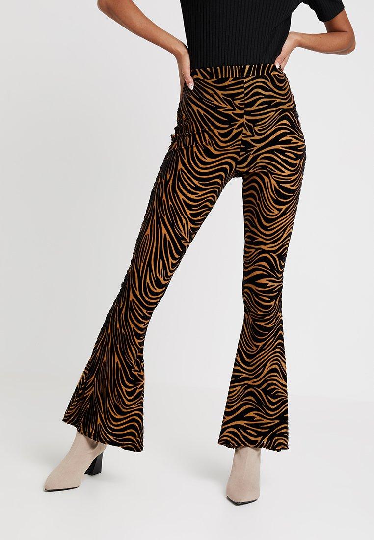 Missguided - ANIMAL ZEBRA DEVORE FLARE TROUSER - Pantalon classique - rust