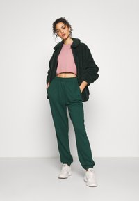 Missguided - SIGNATURE BASIC - Pantaloni sportivi - dark green - 1