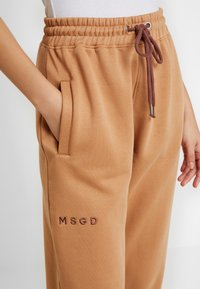 Missguided - LOOPBACK JOGGERS - Pantalones deportivos - camel - 4