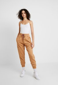 Missguided - LOOPBACK JOGGERS - Pantalones deportivos - camel - 1