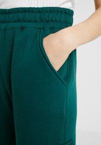Missguided - SLOGAN CARGO JOGGER - Verryttelyhousut - dark green - 5