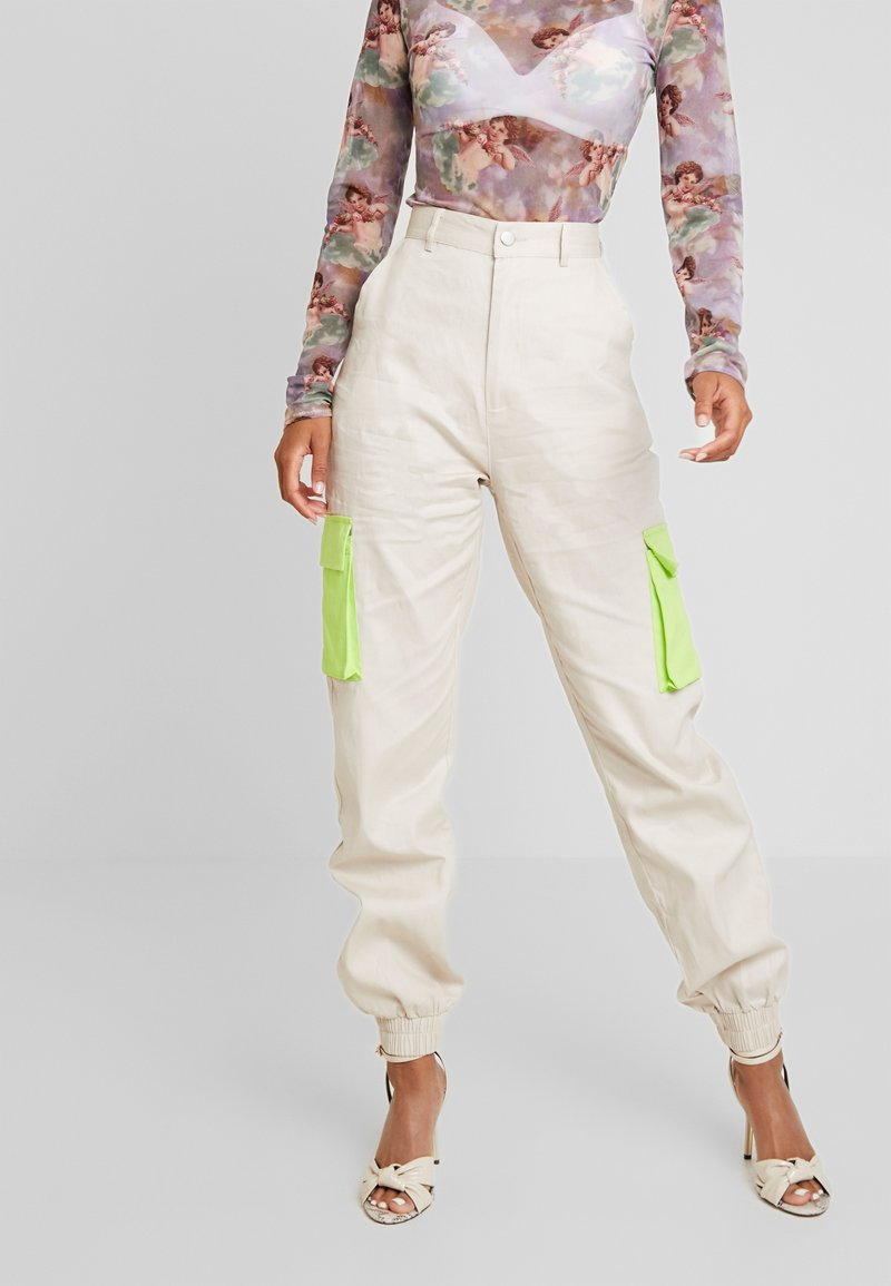 Missguided - CONTRAST POCKET PLAIN TROUSER - Kapsáče - stone/lime