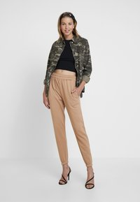 Missguided - BASIC 2 PACK JOGGERS - Bukser - black/camel - 1