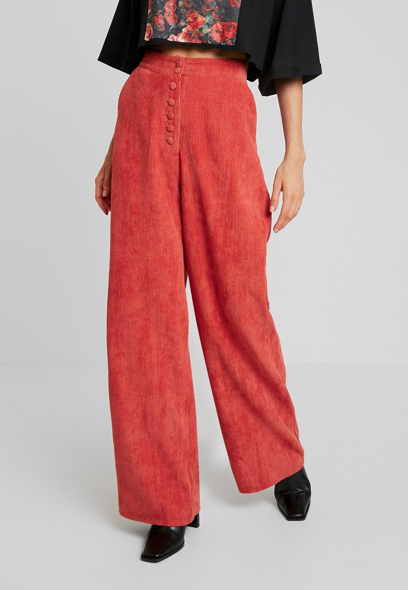 Missguided - PURPOSEFUL EXPOSED BUTTON WIDE LEG TROUSERS - Stoffhose - coral