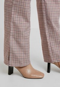 Missguided - PURPOSEFUL CHECKED SPLIT HEM TROUSERS - Trousers - purple - 6