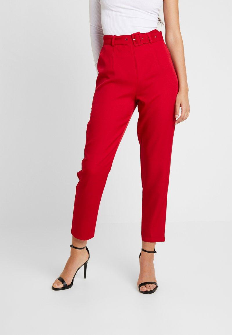 Missguided - SELF FABRIC BELTED TROUSERS - Trousers - red
